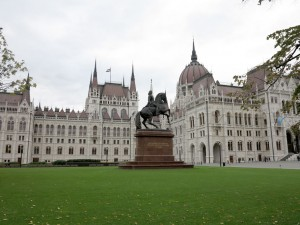 budapest-parliament-king-on-horse