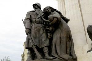 budapest-parliament-statue